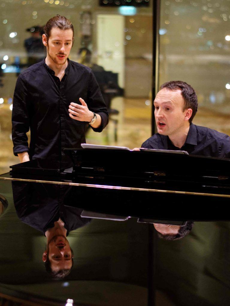 John Lidal instruerer tenoren Petter Wulfsberg Moen