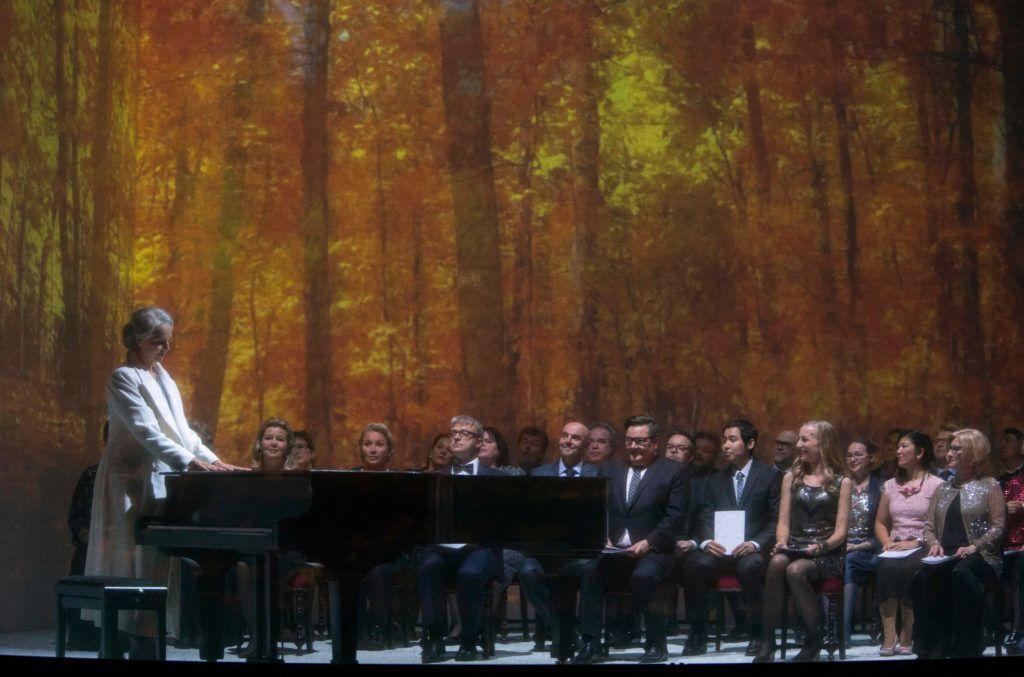 Anne Sofie von Otter/ Charlotte Andergast med koret/ konsertpublikummet.