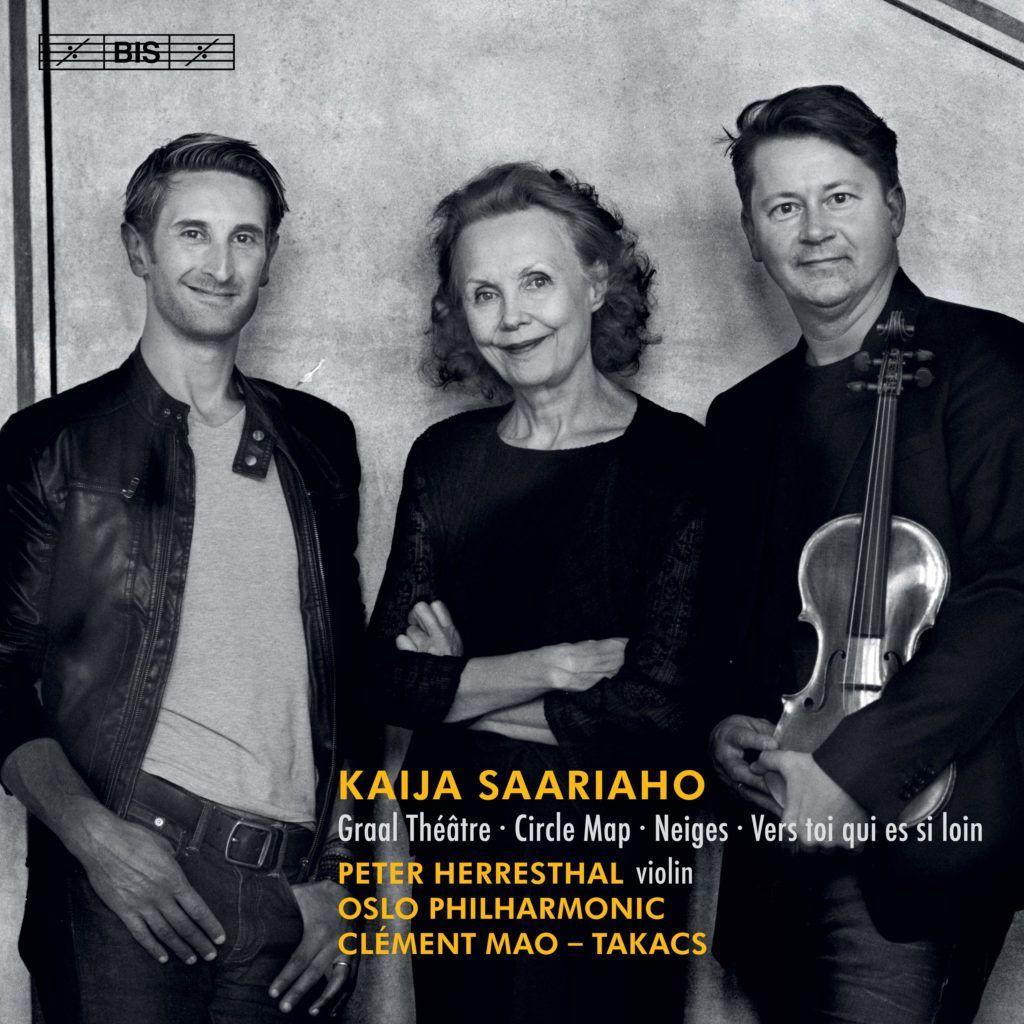 Coverfoto av CD-innspillingen Oslo-Filharmonien gjorde av Kaija Saariaho-verk i 2018. Viser dirigenten Clément Mao-Takacs, Kaija Saariaho og fiolinisten Peter Herresthal. Foto: Morten Krogvold