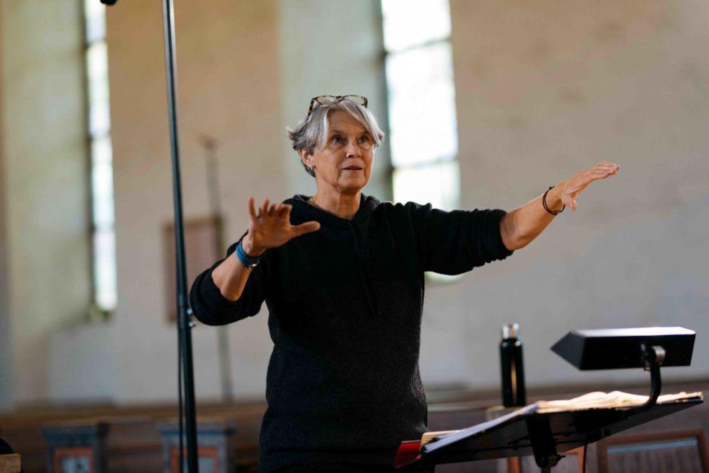 Dette bildet mangler alt-tekst; dets filnavn er Dirigent-Grete-Pedersen.-Foto-Signe-Fuglesteg-Luksengaard-1024x683.jpg