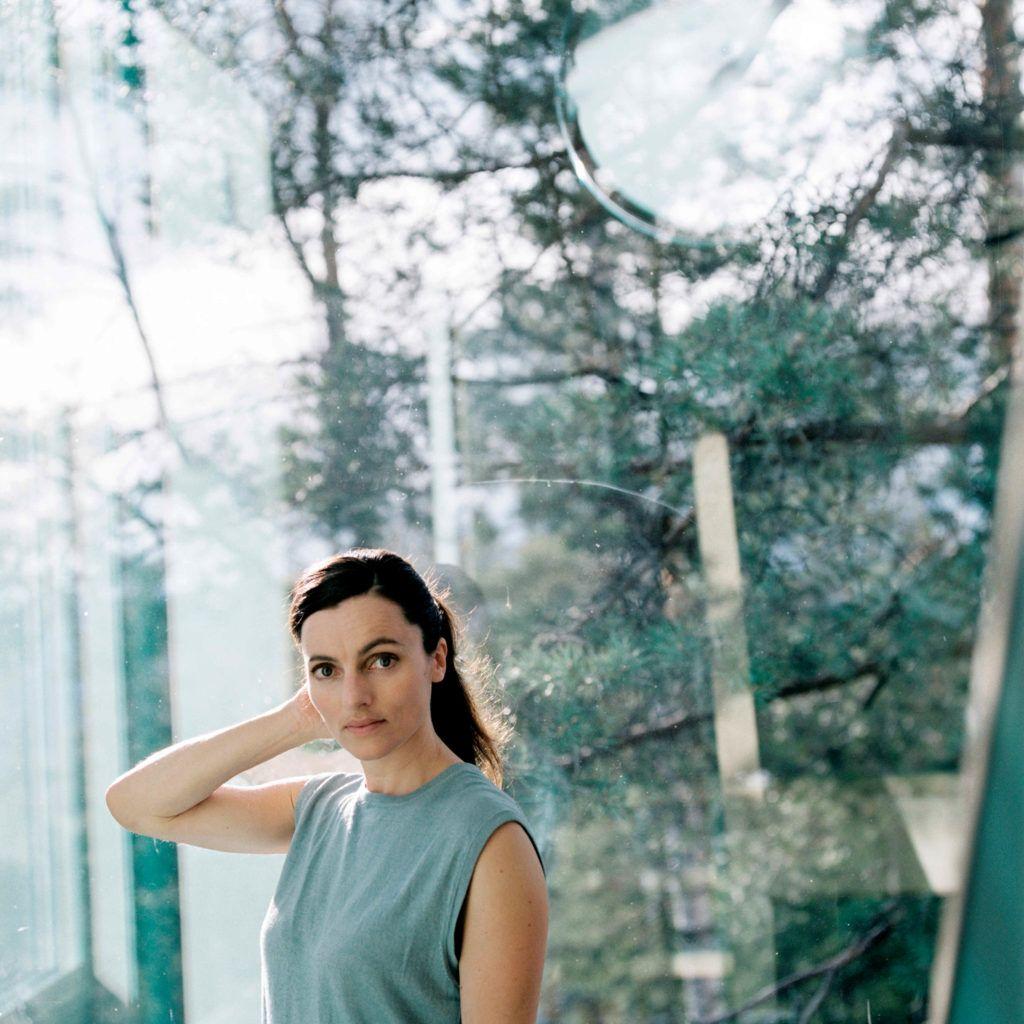 Komponisten Maja S. K. Ratkje i skogen