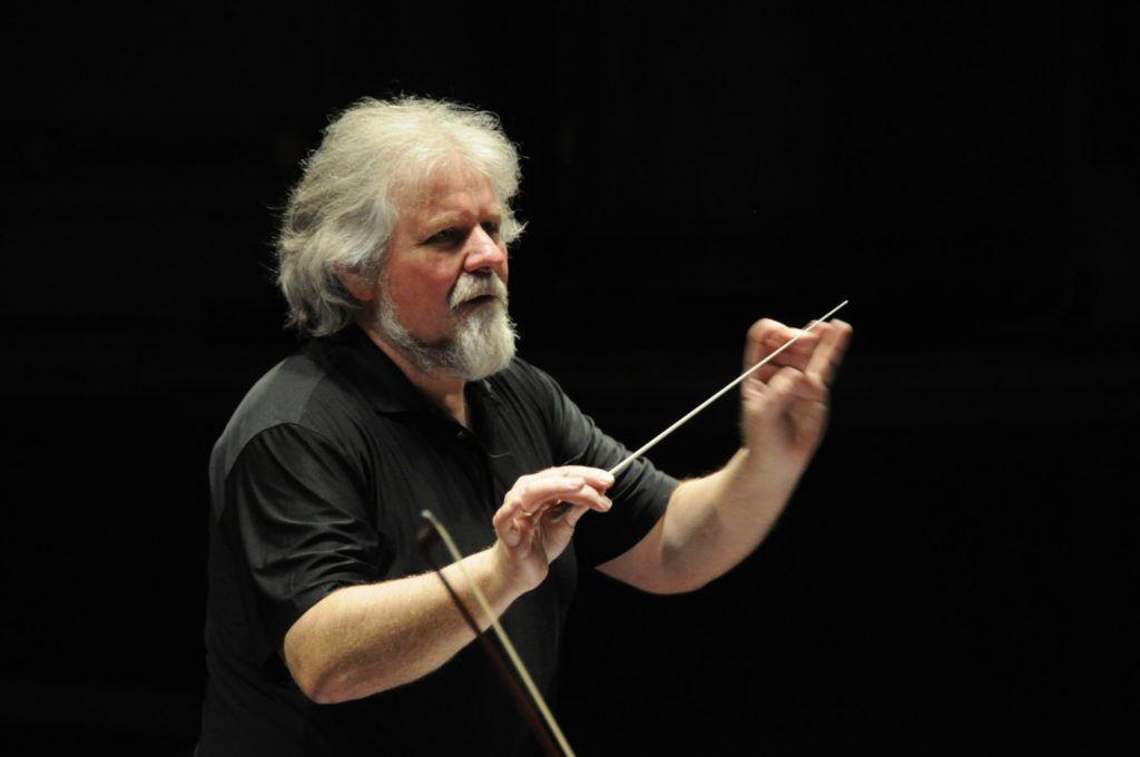 """Dirigenten Terje Mikkelsen ledet fremføringene av """"En folkefiende"""