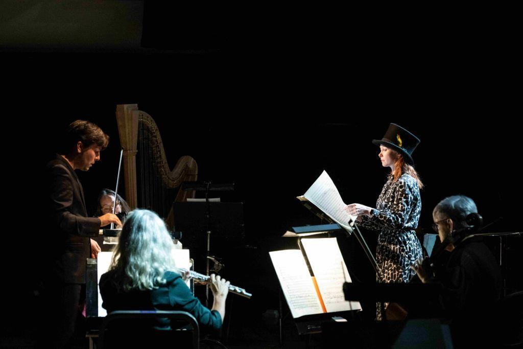 BIT20 Ensemble med dirigenten Christian Karlsen og Hilde Annine Hasselberg i diverse roller, blant annet som Schopenhauer. Foto: Thor Brødreskift
